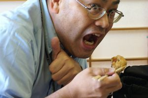 がんもどきを食べる加藤先生