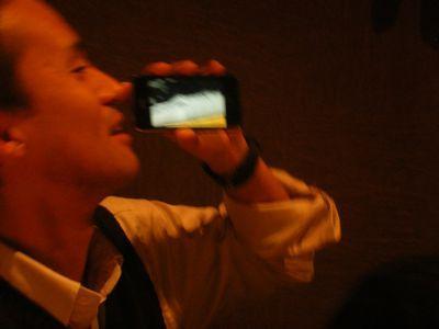 iPhoneでビールを飲む横山先生